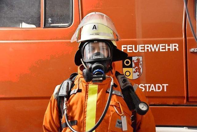 Wie es für Feuerwehrleute ist, eine Atemschutzmaske zu tragen