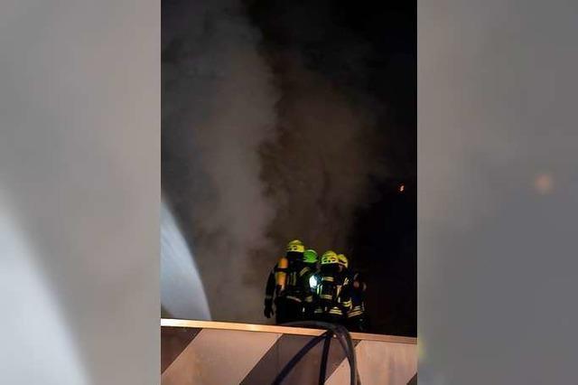Großbrand zerstört Lkw-Werkstatt im Neuenburger Gewerbegebiet