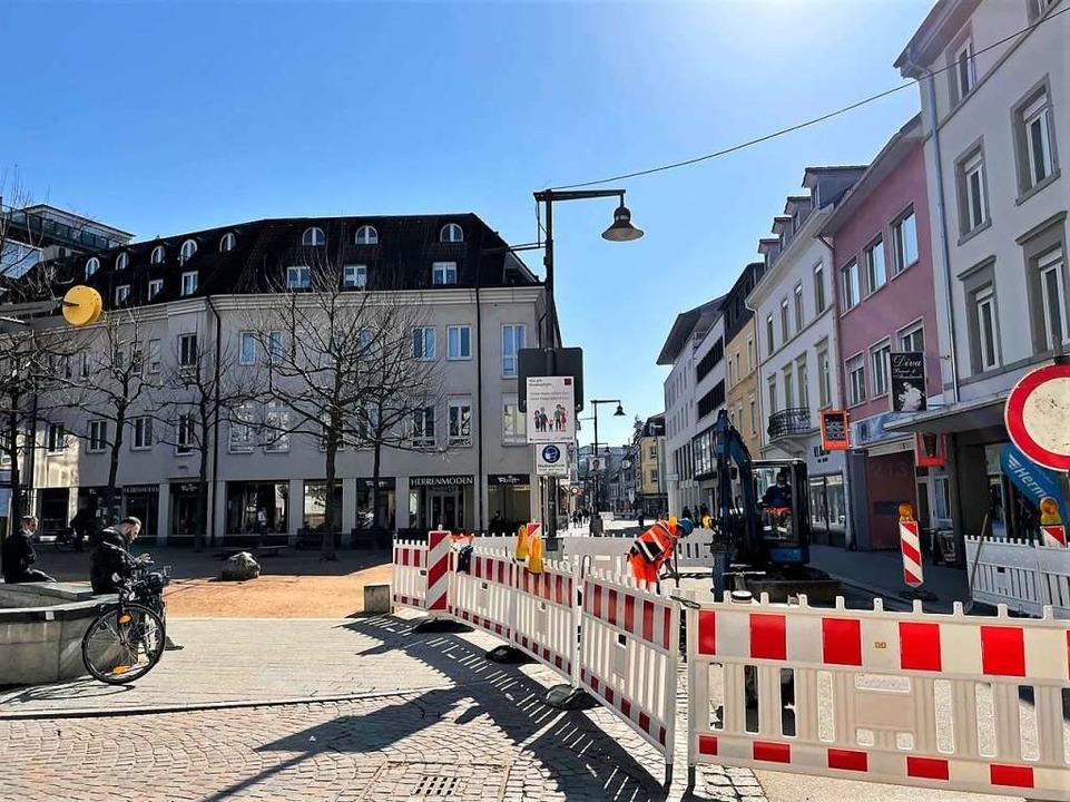 In der Lörracher  Innenstadt werden zusätzliche Poller montiert.  | Foto: Barbara Ruda