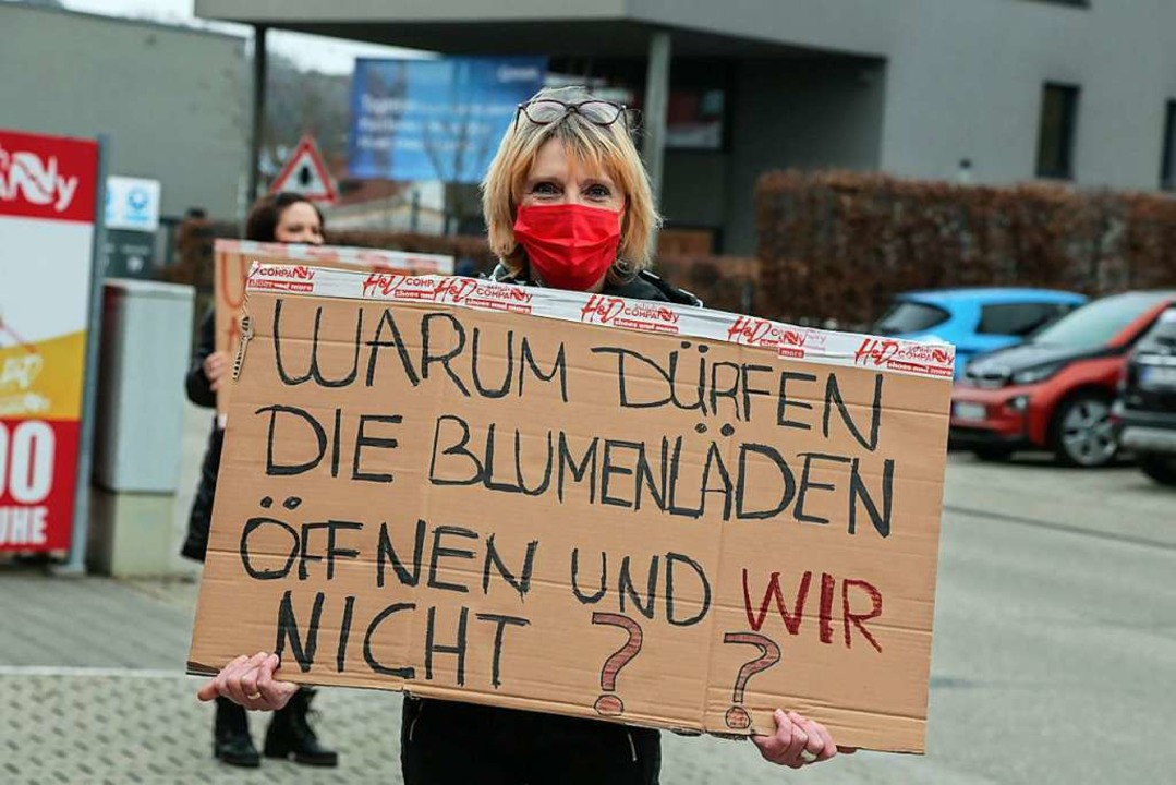 Eine Schuhverkäuferin in Ettenheim pro...r mehr öffentliches Leben aussprechen.  | Foto: Sandra Decoux-Kone