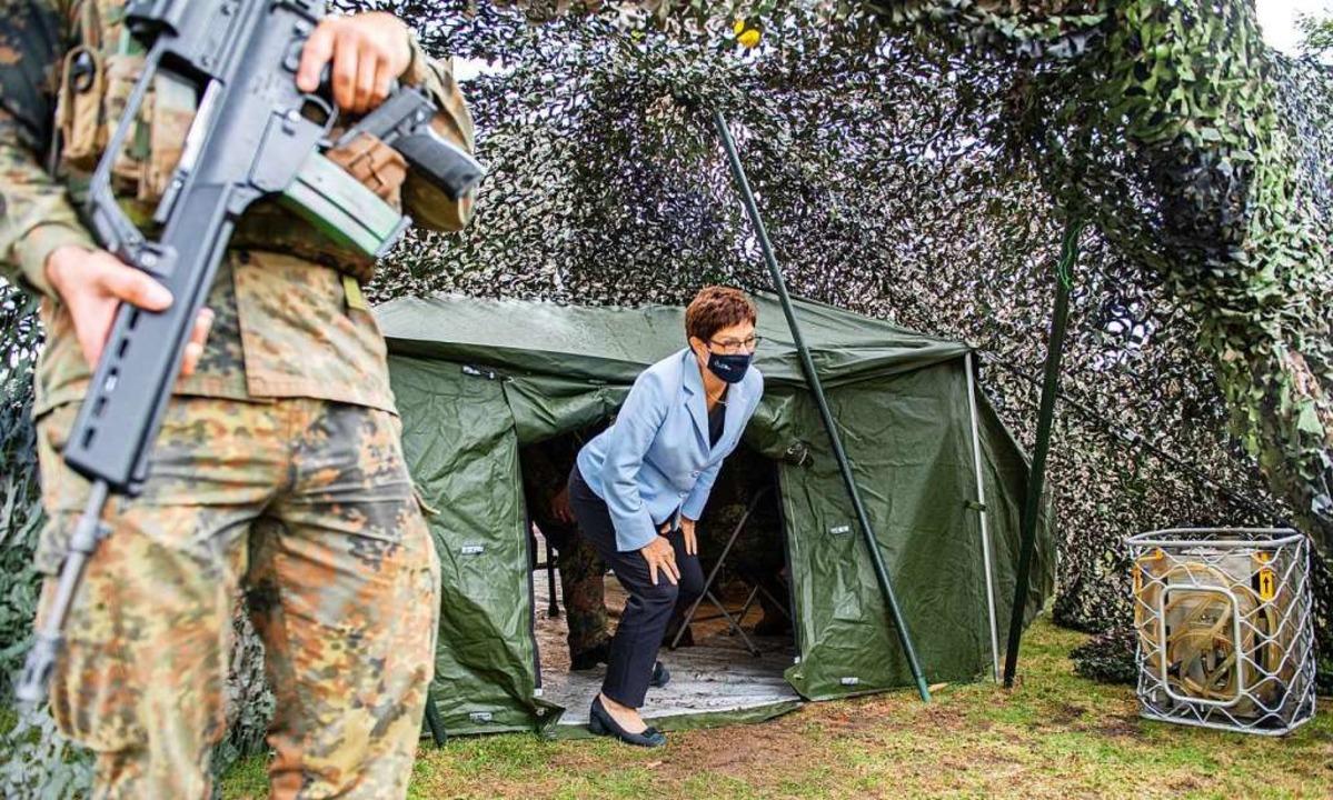 Die Verteidigungsministerin vergangene...ber bei einem Truppenbesuch in Münster  | Foto: Guido Kirchner