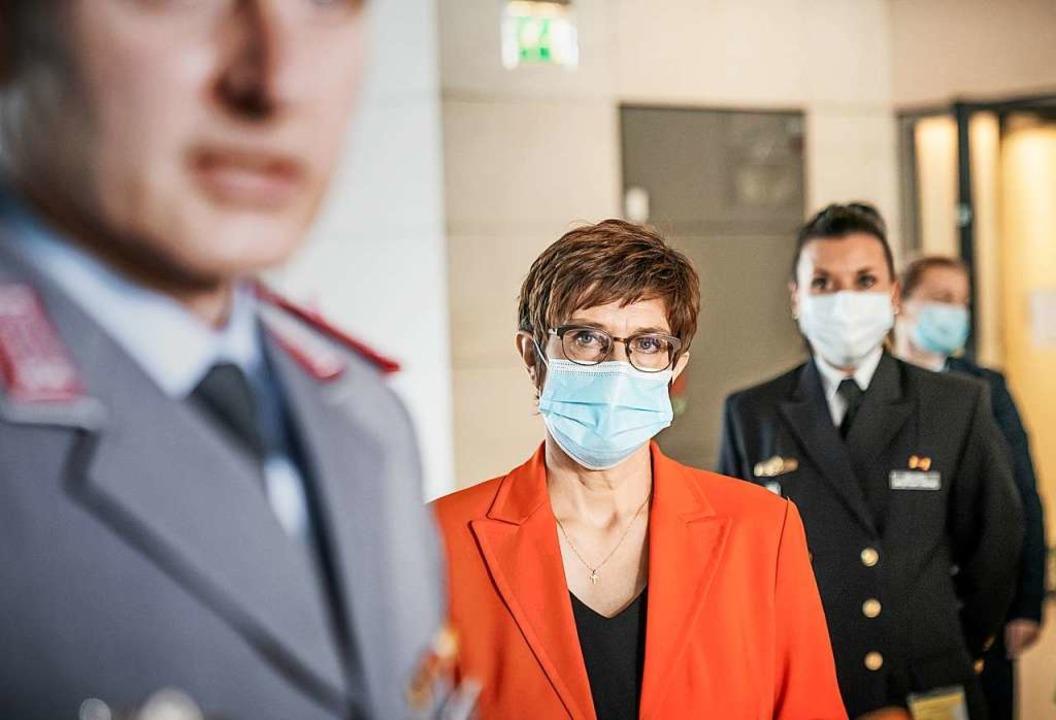 Annegret Kramp-Karrenbauer  kommt zu e...im Kommando Spezialkräfte KSK beraten.  | Foto: Michael Kappeler (dpa)