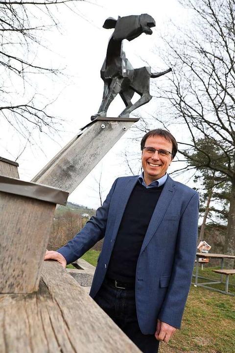 Volker Schebesta mit dem Symboltier se...hnorts Zell-Weierbach, dem Zeller Esel  | Foto: Christoph Breithaupt