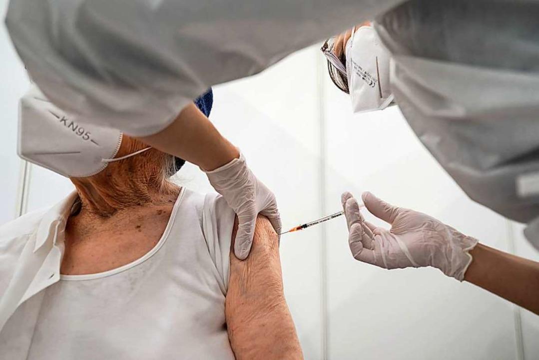 Der Impfstoff soll in den Arm: Baden-W... Probleme bei der Vergabe der Termine.  | Foto: Marijan Murat (dpa)