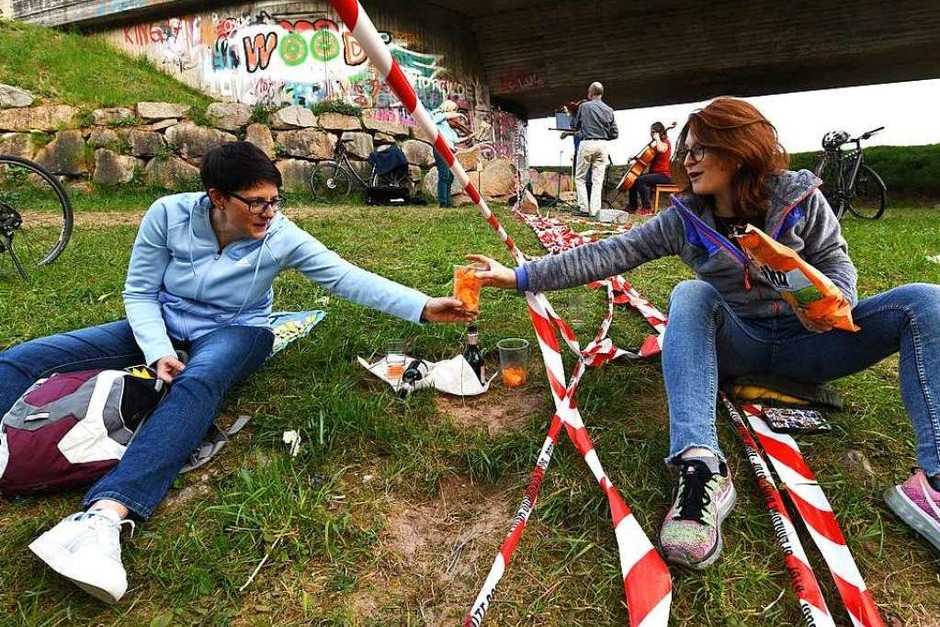 Grenzüberschreitendes Picknick an der Wiese im April 2020 (Foto: Juri Junkov)