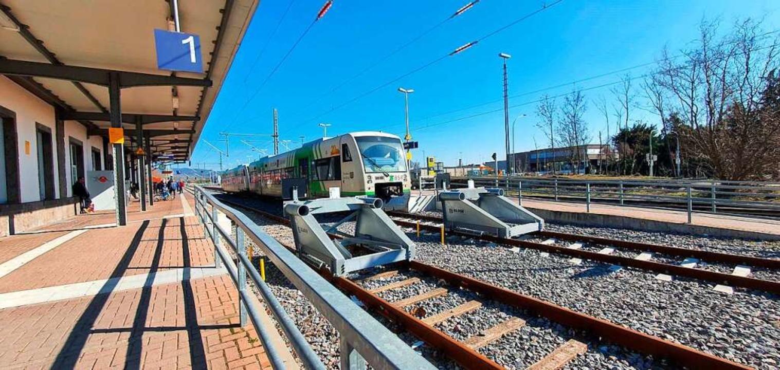 Am Breisacher Bahnhof enden derzeit die Züge, die aus Freiburg kommen.  | Foto: Julius Wilhelm Steckmeister