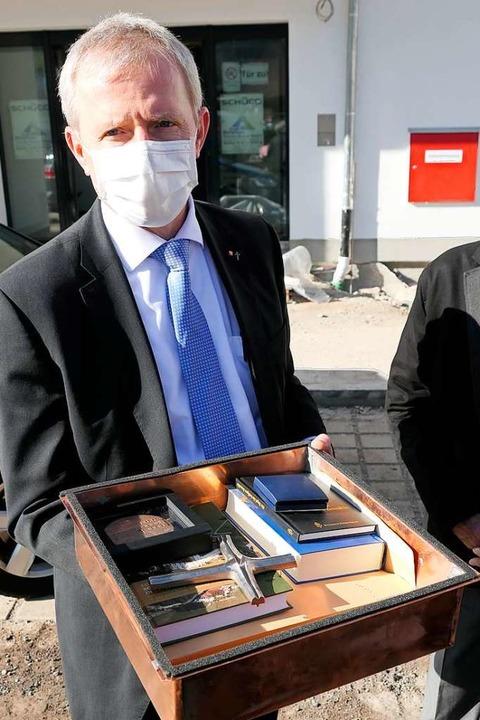 Caritasvorstandsvorsitzender Jochen Kandziorra zeigt den Inhalt der Zeitkapsel.  | Foto: Hans-Peter Müller