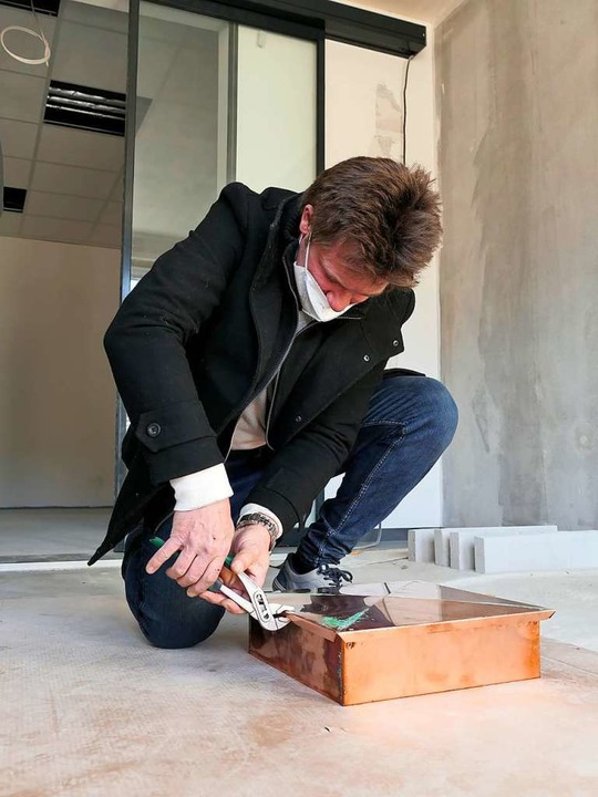 Bauleiter Michael Merkle verschließt das Kupferkästchen  | Foto: Hans-Peter Müller