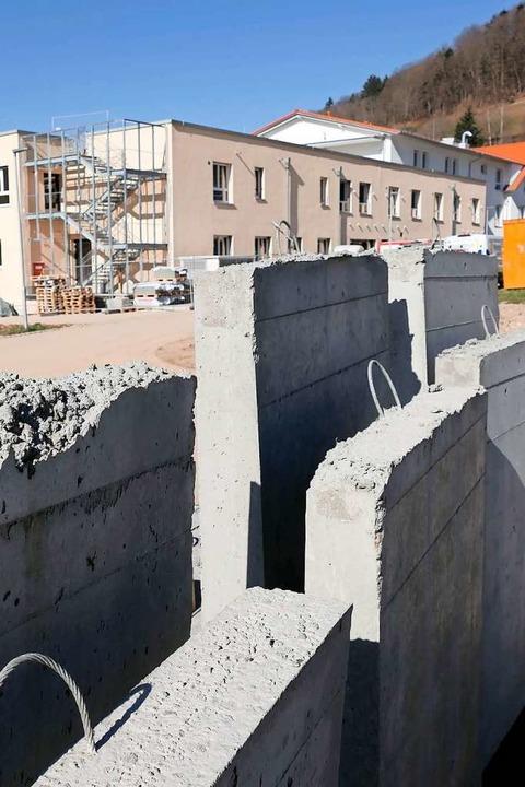 Noch wird fleißig gebaut, damit  am 1. Juni  tatsächlich alles bezugsfertig ist.  | Foto: Hans-Peter Müller