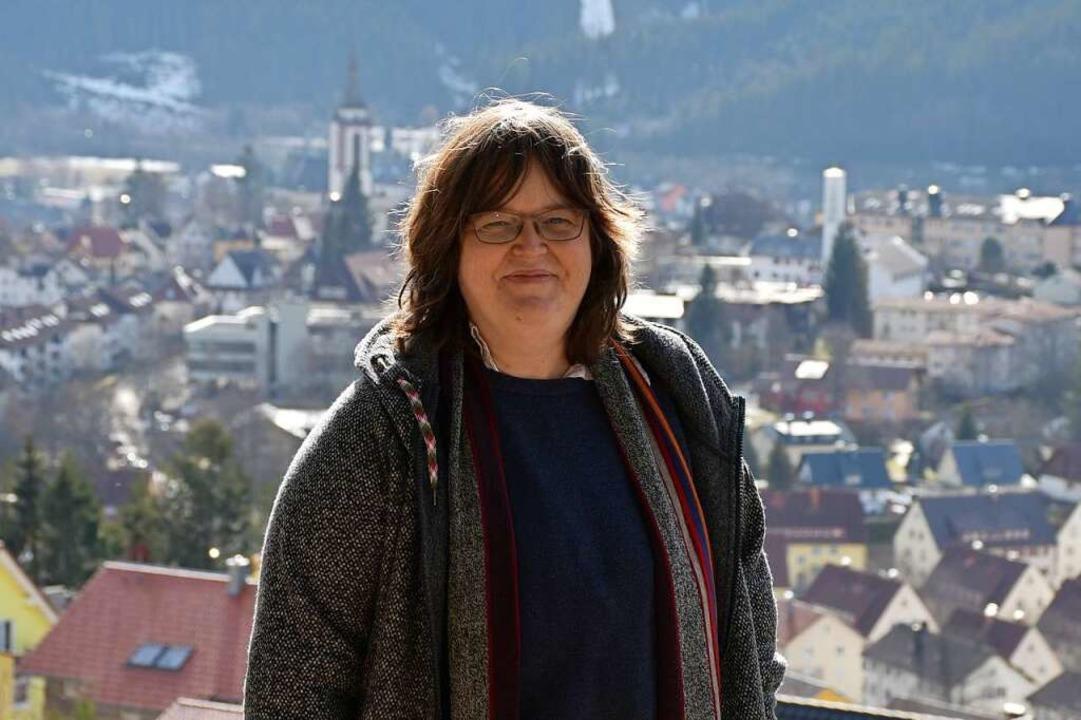 Daniela Evers über den Dächern von Titisee-Neustadt.    Foto: Tanja Bury