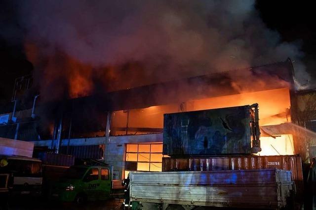 Großeinsatz in Neuenburg: Firmenhalle ist abgebrannt
