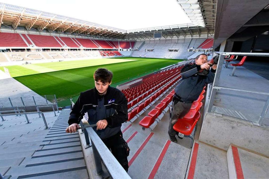 Derzeit läuft im neuen SC-Stadion noch...bau. Schlosser schleifen die Geländer.  | Foto: Thomas Kunz