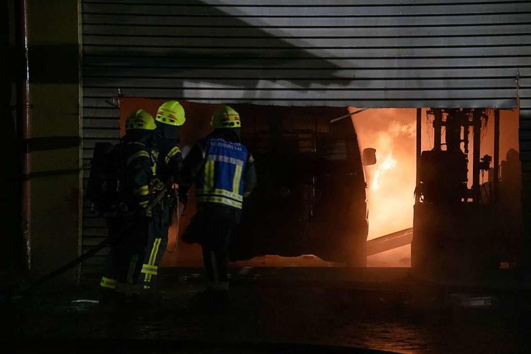 Bei einem Großbrand in Neuenburg brannte eine Werkstatt vollständig aus.  | Foto: Volker Münch