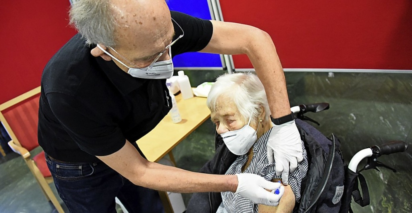 Doris Wöppel erhielt als erste Kreisbewohnerin die Impfung.  | Foto: Robert Bergmann