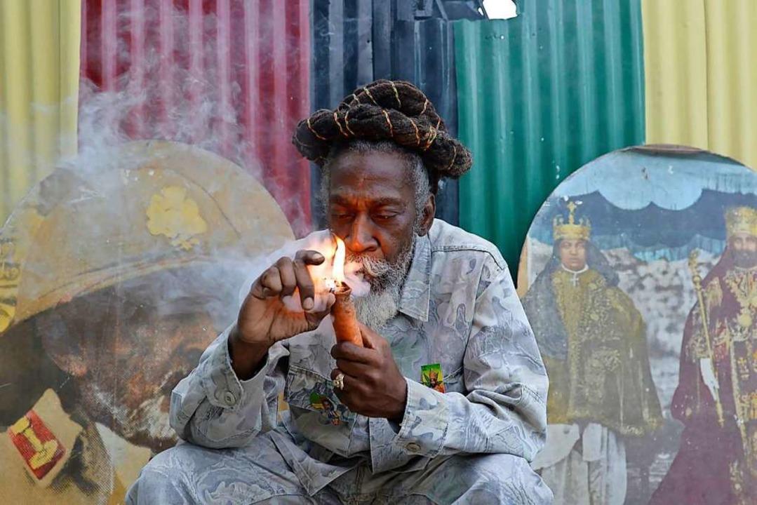 "Bunny Wailer raucht hier 2014 standesg...te Pfeife"" in Kingston, Jamaika.  | Foto: David Mcfadden (dpa)"