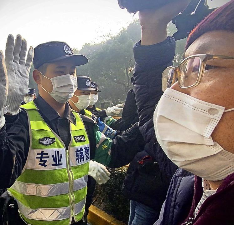 Polizisten hindern Journalisten bei de...alb des Volksgerichtshofs in Shanghai.    Foto: LEO RAMIREZ