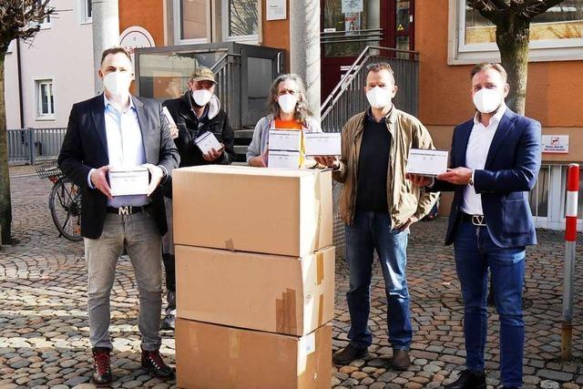 Gundelfinger Firma übergibt 3000 FFP2-Masken an Freiburger Pflasterstub'