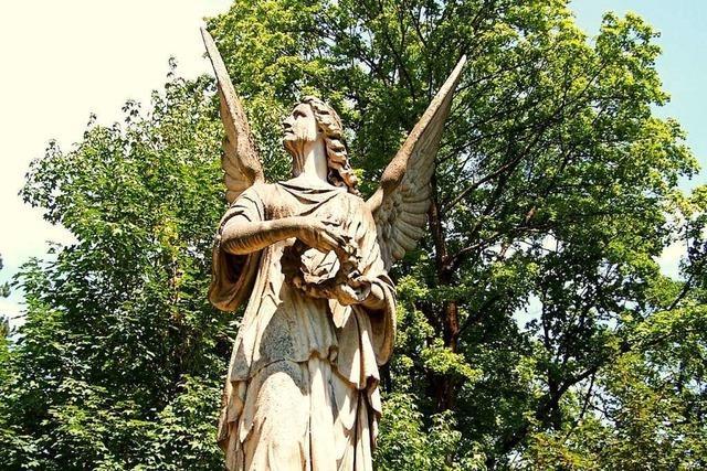 Der Marmorengel auf Freiburgs Altem Friedhof hat nun eine Schutzhütte