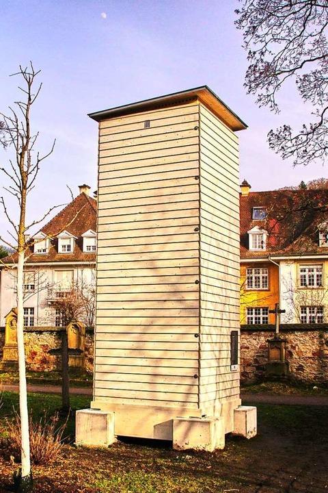 Um die Engels-Skulptur über dem Grab N...r den Winter eine Einhausung bekommen.  | Foto: Gerhard Krieger