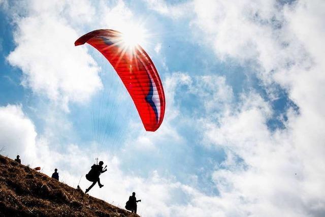 Bergwacht rettet Gleitschirmflieger in Rickenbach aus einem Baum