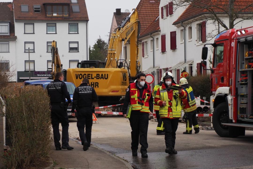 Die Feuerwehr ist, unter stützt von de...nstraße in Weil  am Rhein im Einsatz.   | Foto: Herbert Frey