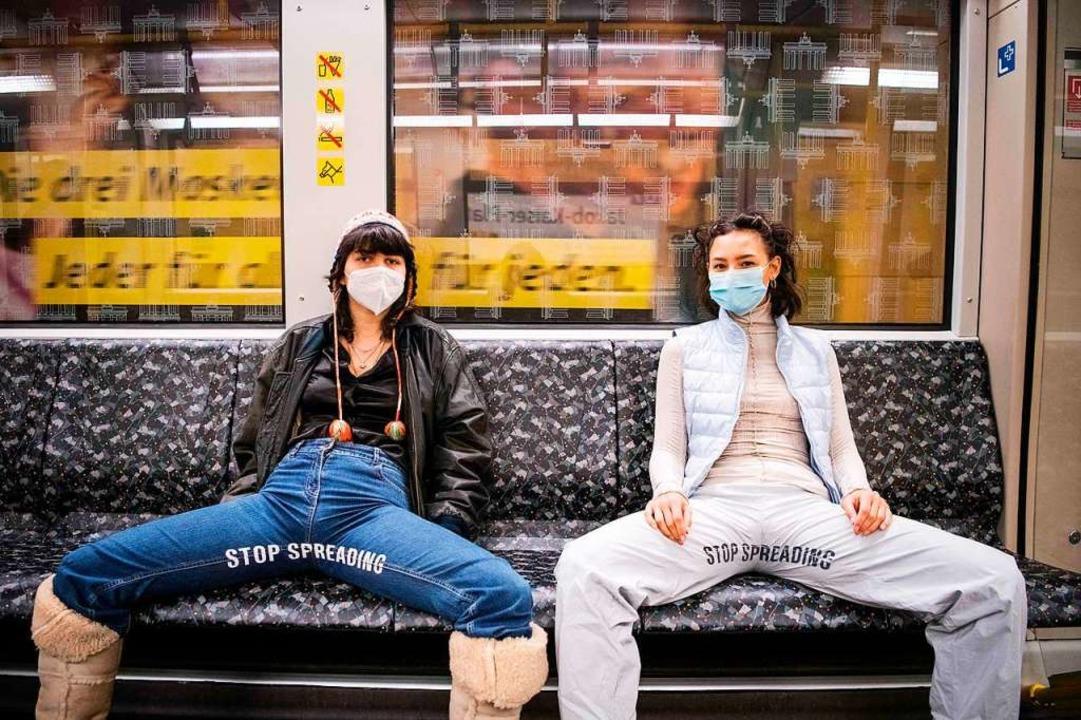 Elena Buscaino (rechts) und  Mina Bona...8220; tragen, in einer Berliner Ubahn.    Foto: STEFANIE LOOS (AFP)