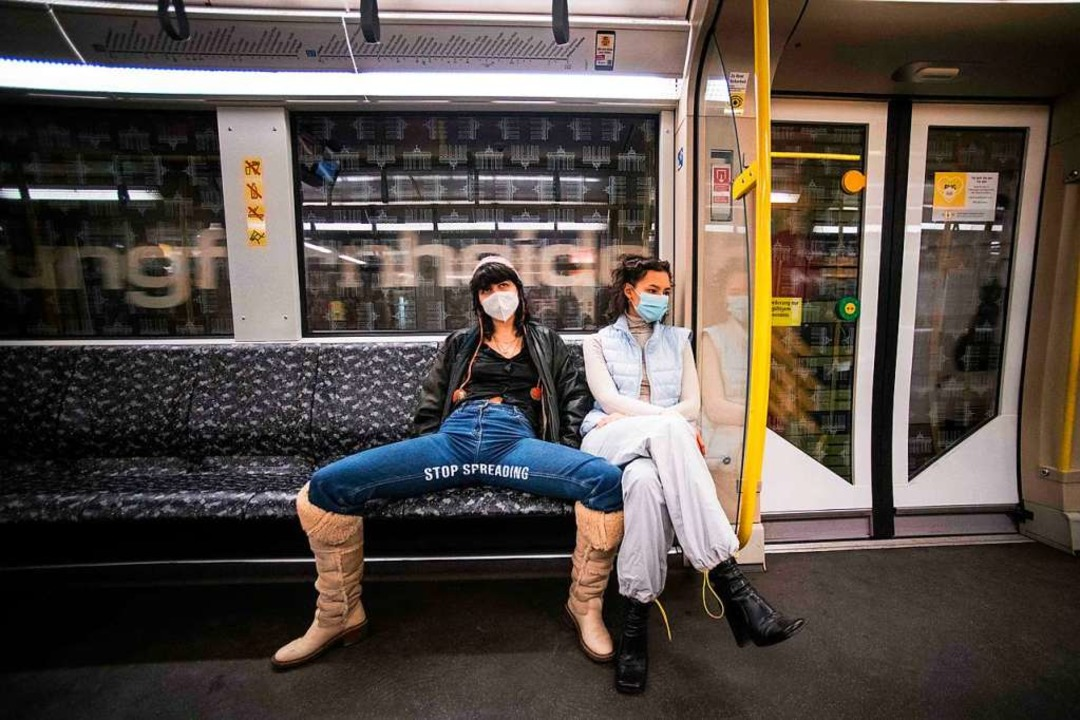 Elena Buscaino (rechts) und  Mina Bona...8220; tragen, in einer Berliner Ubahn.  | Foto: STEFANIE LOOS (AFP)