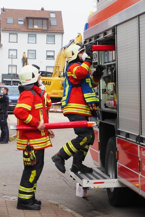Feuerwehrleute im Einsatz.  | Foto: Herbert Frey