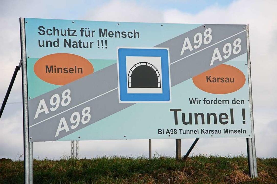Der Streit um die Tunnellänge dauert s...Schild wurde bereits 2015 aufgestellt.  | Foto: Petra Wunderle