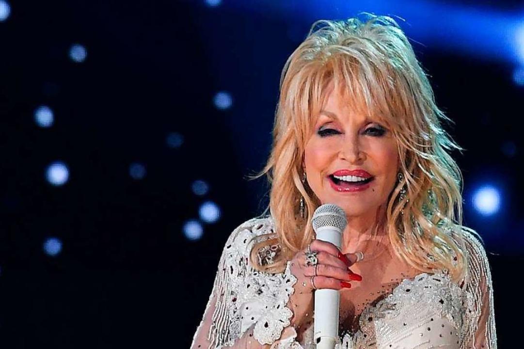 Dolly Parton hatte die Forschung an de...it einer Millionen-Spende unterstützt.  | Foto: ROBYN BECK (AFP)