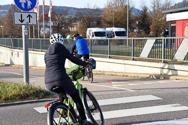Radfahrer werden in Steinen an der B317 abgebremst