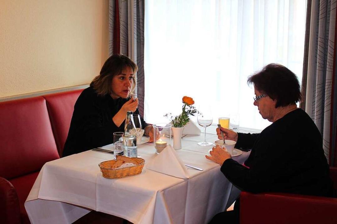 Tochter und Mutter Klipfel aus Zell im...sen im Restaurant Hotel Löwen zu Gast.  | Foto: Martin Klabund