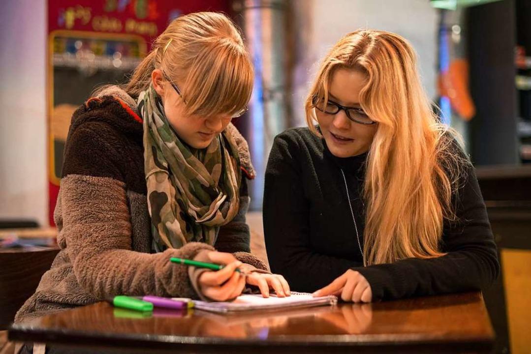 Studierende begleiten Teenager aus ben...entoringprogrammen wie Rock your life.  | Foto: Armin Weigel