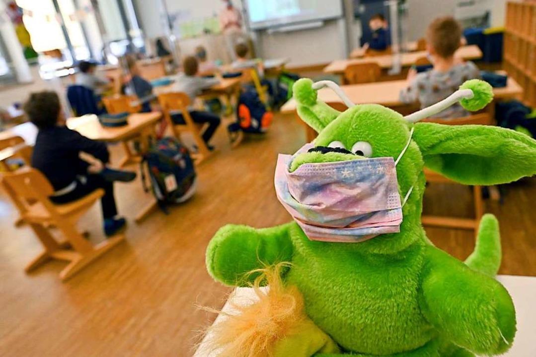 Mit Abstand und Mundschutz, aber ohne ...den Grundschulen im Südwesten zugehen.  | Foto: Peter Kneffel (dpa)
