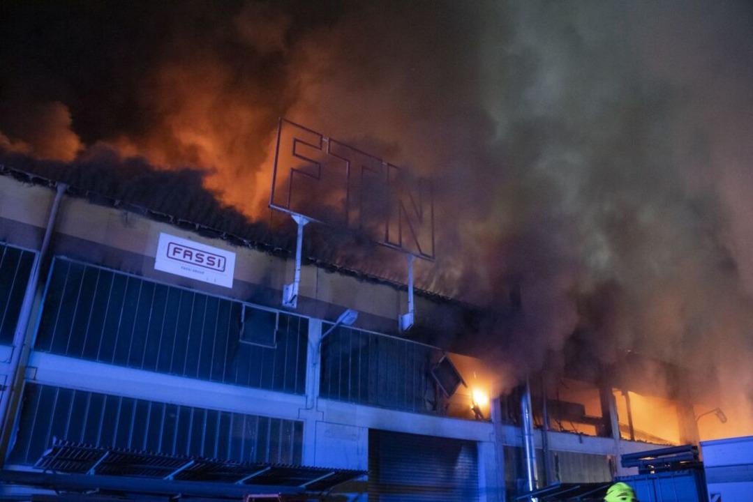 Viele Meter hohe Flammen schlugen aus ...ze Rauchsäule stand über dem Brandherd    Foto: Volker Münch