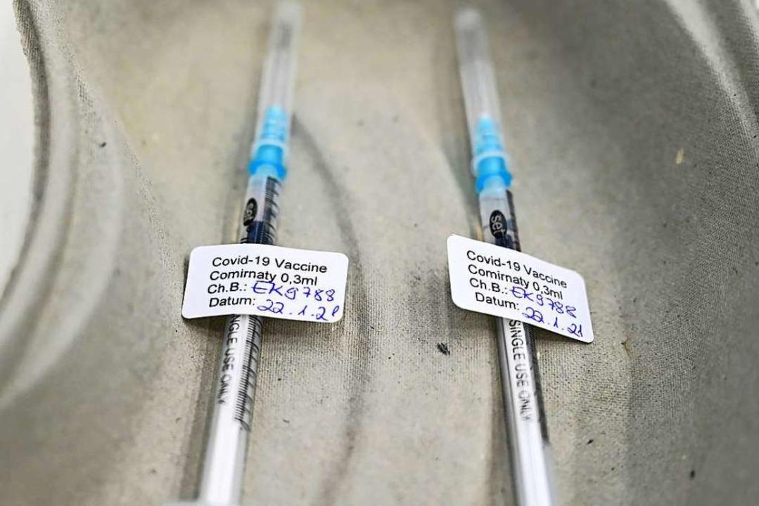 Zwei Spritzen mit dem Covid-19-Impfsto... das Impfen in Hausarztpraxen starten.  | Foto: Felix Kästle (dpa)