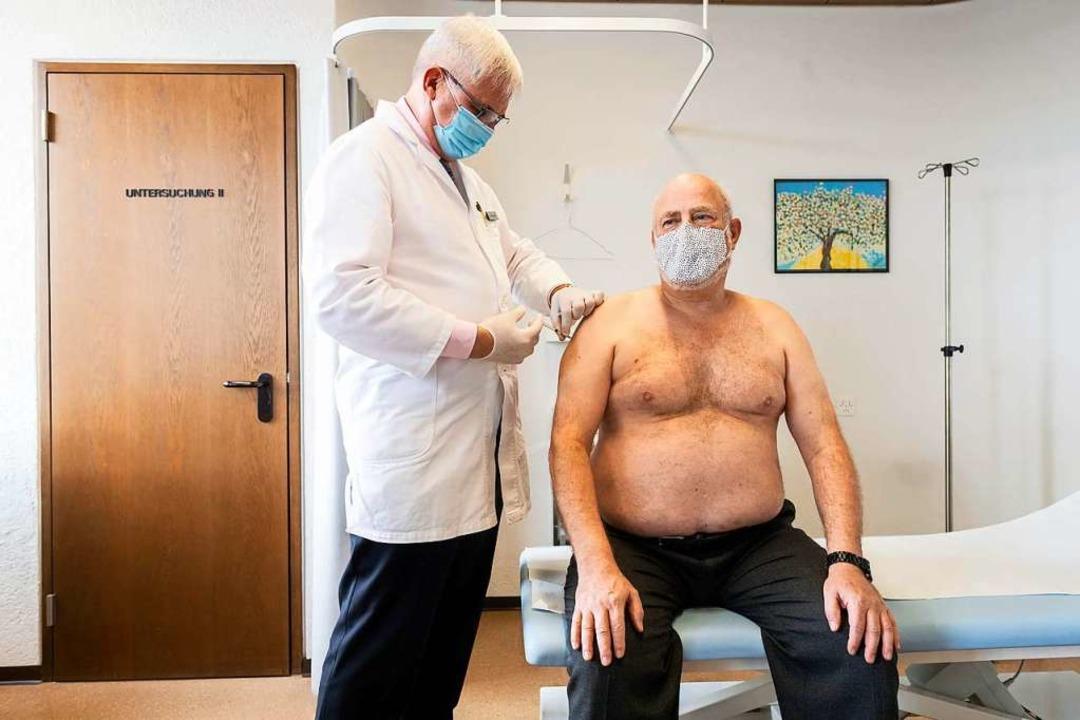Ein Schweizer Hausarzt impft in seiner... Hausarztpraxen in einem Pilotprojekt.  | Foto: Ennio Leanza (dpa)