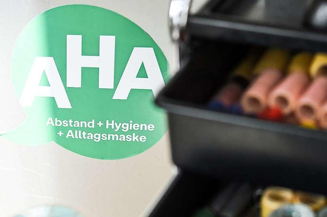 Trotz stärkerer Lockerungen gelten wei...ands- und Hygieneregeln. (Symbolbild).  | Foto: Kira Hofmann (dpa)