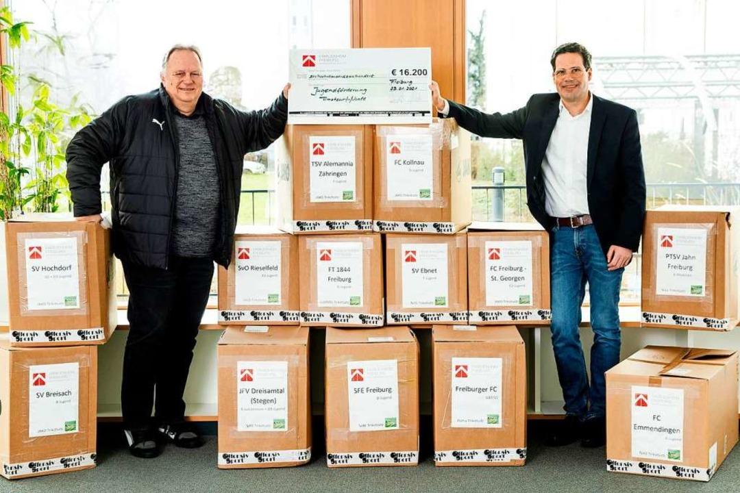 Frank Rischmüller (links) und  Alexander Ehrlacher bei der Übergabe  | Foto: privat