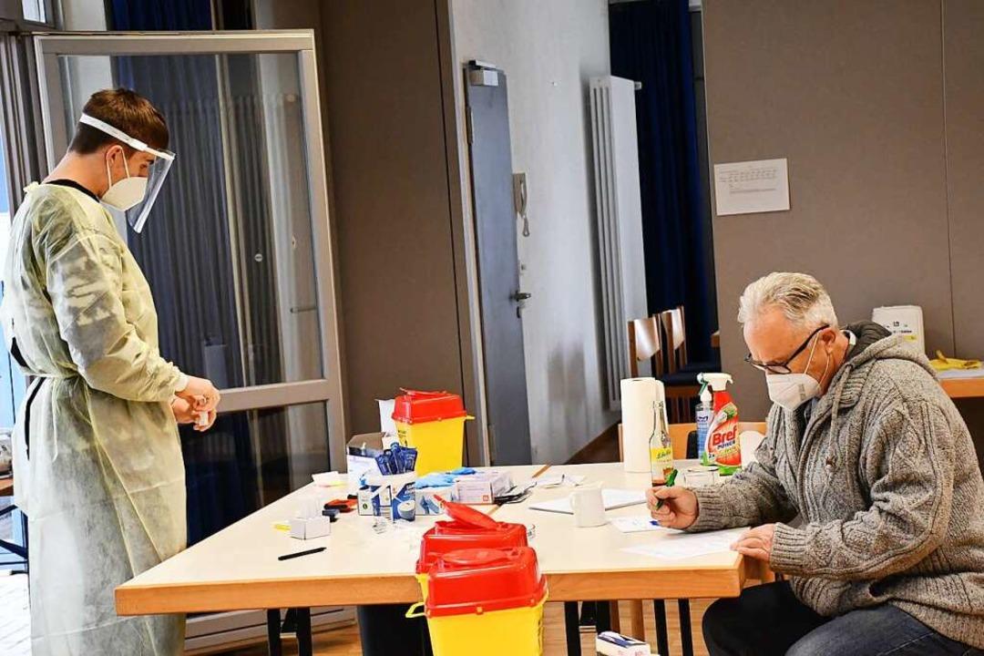 Fördervereins-Vorsitzender Dieter Funk (rechts) beim Ausfüllen eines Laufzettels    Foto: Barbara Ruda