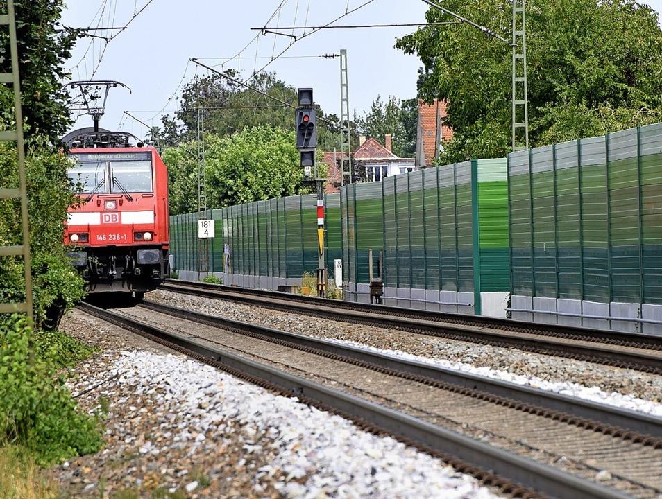 Etwa doppelt so hoch soll die Lärmschutzwand in Kenzingen werden.  | Foto: Siegfried Gollrad