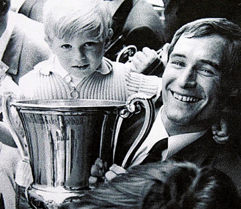 Mit dem Schweizer Meister-Pokal und So...mas: Helmut Hauser vor rund 50 Jahren.  | Foto: Repro: Ralph Lacher