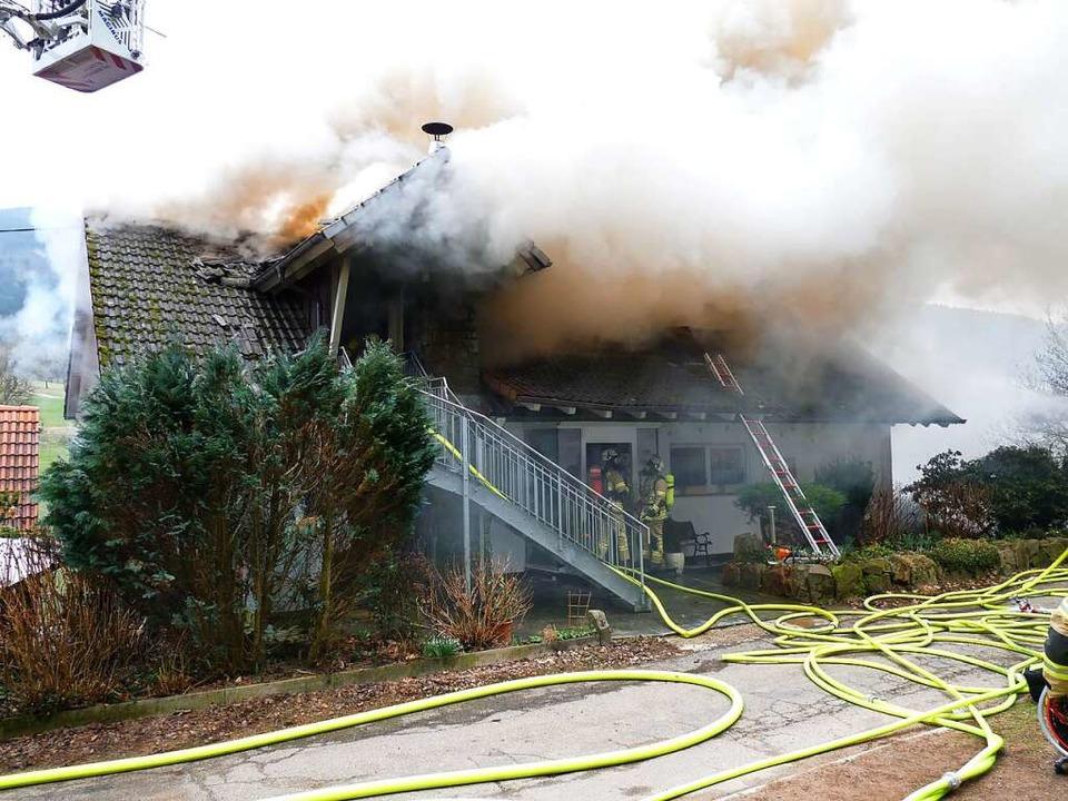 Mehr als ein Dachschaden: Beim Gebäude...euerwehr ihr ganzes Können aufbieten.   | Foto: Roland Gutjahr