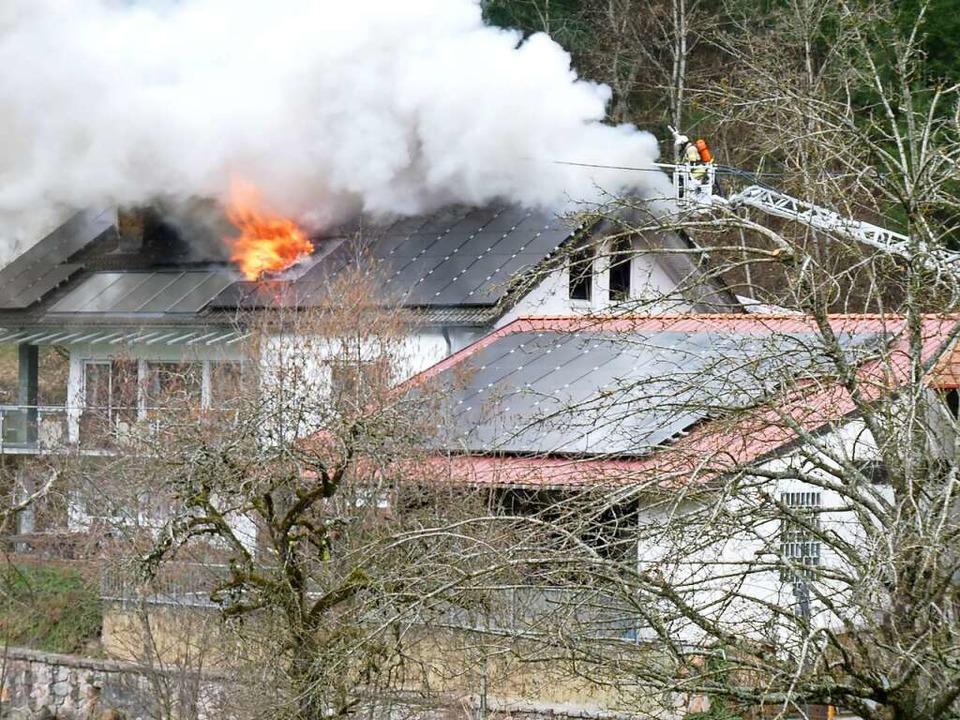 Auch die Drehleiter der Elzacher Feuer...s das Feuer aus dem Dachstuhl loderte.  | Foto: Roland Gutjahr