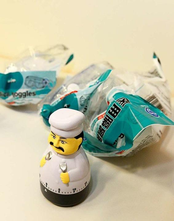 Schutzbrillen und Eieruhr – Grundausstattung für die Testzentren    Foto: Ingo Schneider