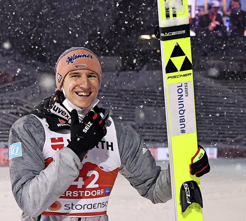 Er freut sich über die Bronzemedaille von der Großschanze: Karl Geiger  | Foto: Daniel Karmann (dpa)