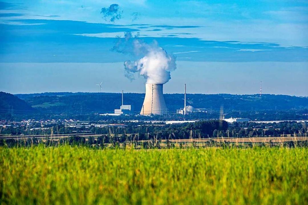 Die Atomkraftwerke (AKW) Isar 1 (l) und Isar 2 mit dem Kühlturm in der Mitte.  | Foto: Armin Weigel (dpa)