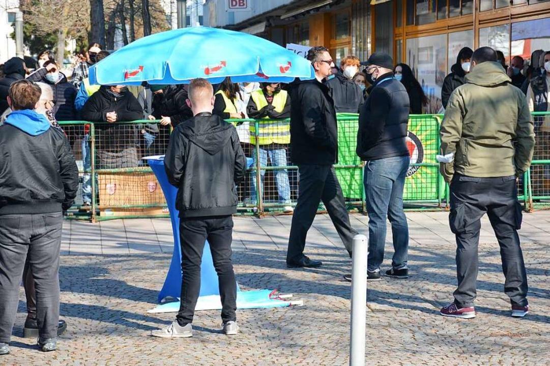 Im Vordergrund der Wahlstand der AfD m...nstranten in der Weiler Rathauspassage  | Foto: Hannes Lauber