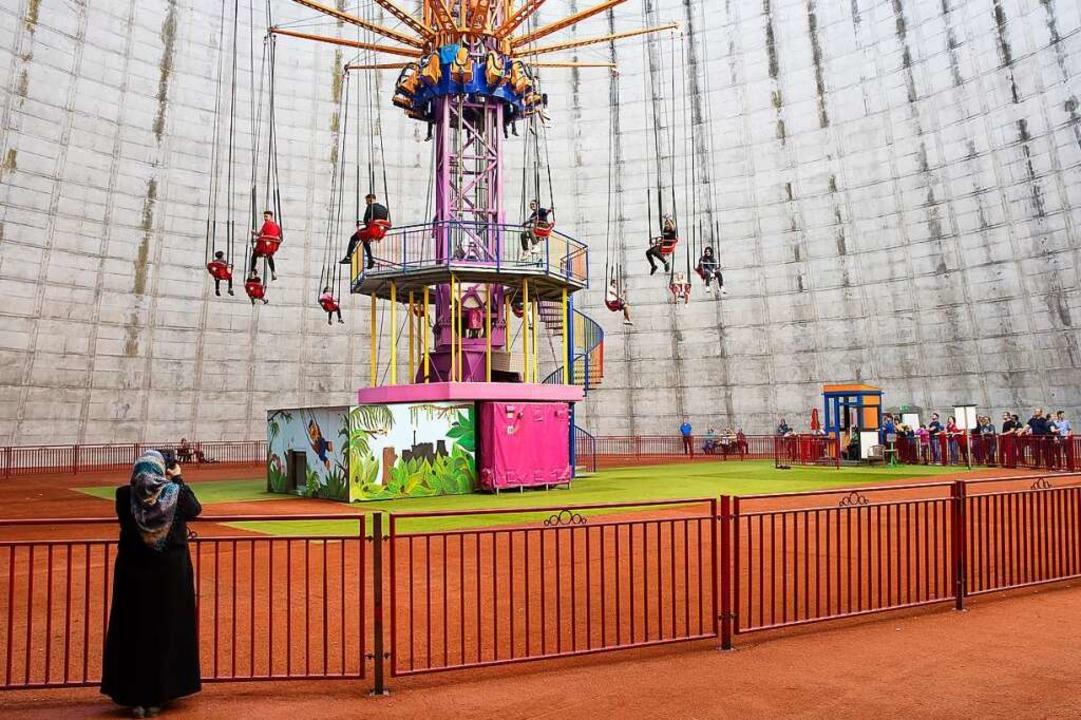 Wunderland Kalkar: Im Kühlturm des ein...karussel bis auf 58 Meter in die Höhe.  | Foto: Wolfgang Nebel