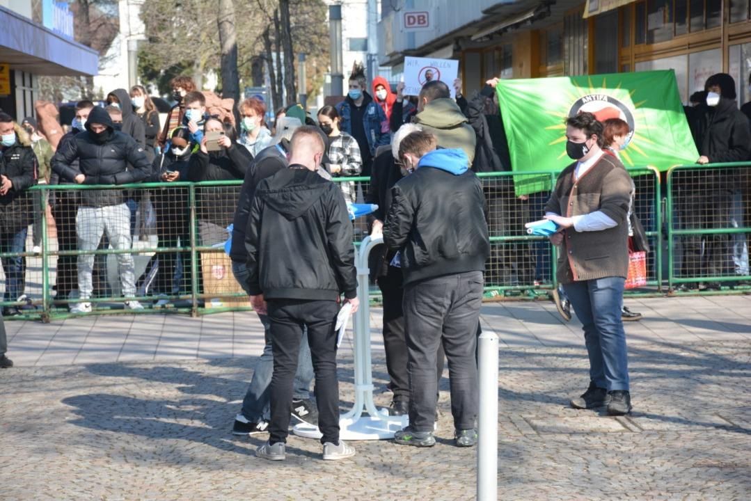 Im Vordergrund der Wahlkampfstand der AfD, im Hintergrund die Gegendemo.  | Foto: Hannes Lauber
